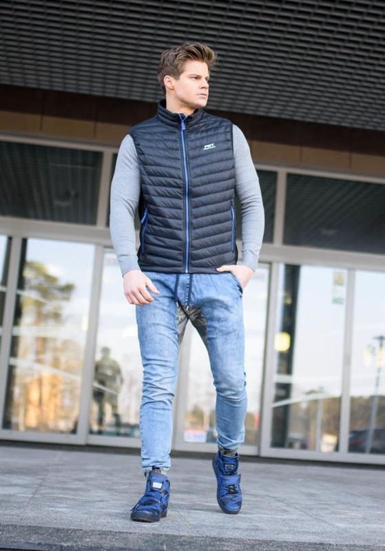 Stylizace č. 153 - pánská vesta, tričko s dlouhým rukávem a potiskem, jogger kalhoty, tenisky