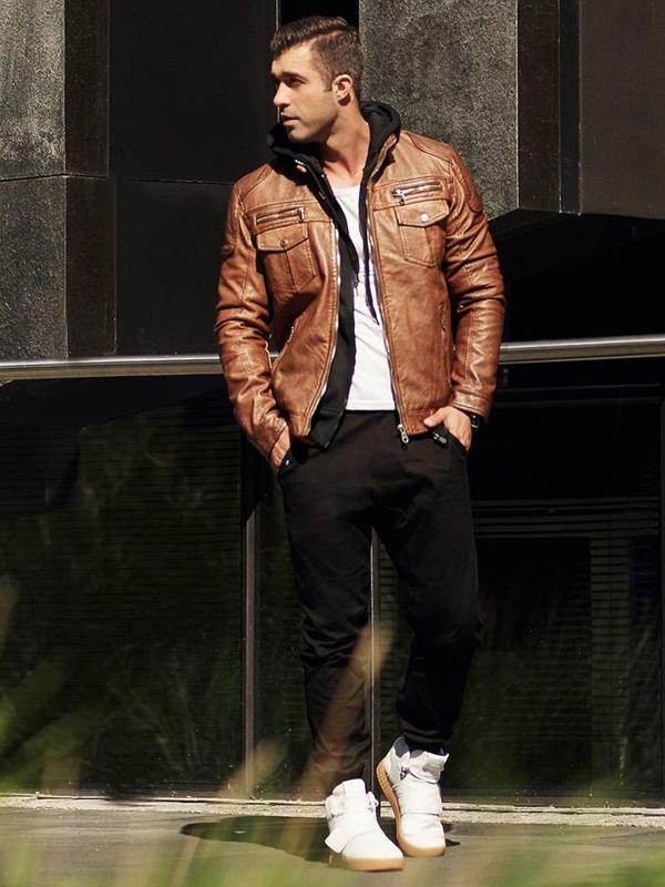 Stylizace č. 313 - kožená bunda, mikina s kapucí, tričko bez potisku, jogger kalhoty